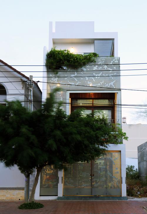 Ánh sáng tự nhiên ngập đầy nhà ống 3 tầng ở Phan Thiết - Nhà Đẹp Số (1)
