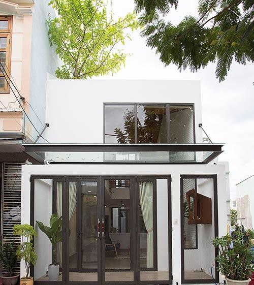 Ấn tượng nhà phố 2 tầng ở Hòa Xuân Đà Nẵng với mặt tiền kính - Nhà Đẹp Số (1)