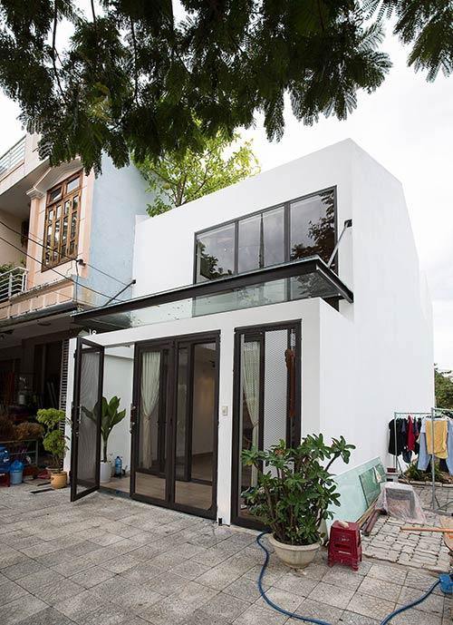 Ấn tượng nhà phố 2 tầng ở Hòa Xuân Đà Nẵng với mặt tiền kính - Nhà Đẹp Số (2)