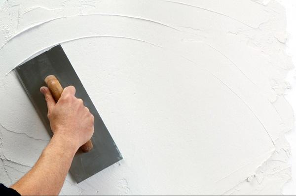 Xử lý bề mặt tường mới trước khi thi công bột trét tường