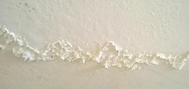 Tường nhà bị muối hóa