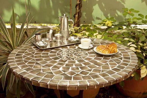 Ứng dụng gạch mosaic làm mặt bàn ghế