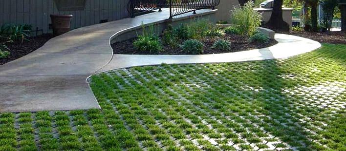 lát sân vườn bằng gạch trồng cỏ