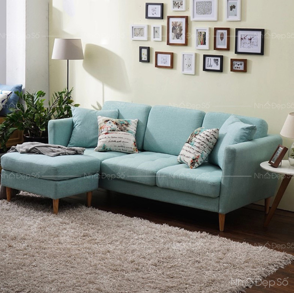 Sofa chân gỗ thấp cho trần nhà thấp.