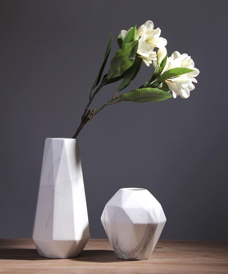 Bình cắm hoa giúp gia tăng vẻ đẹp tinh tế, sang trọng cho phòng khách.