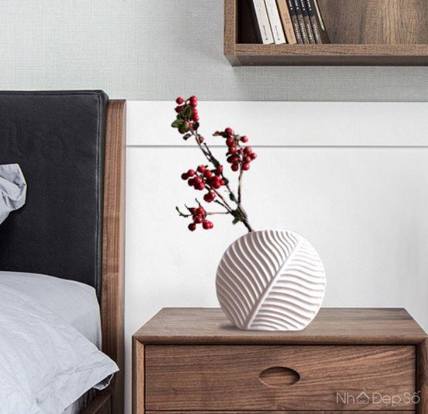 Bình hoa bằng sứ cao cấp đậm tính nghệ thuật rất hợp khi đặt trong các phòng ngủ với không gian nội thất tinh tế.