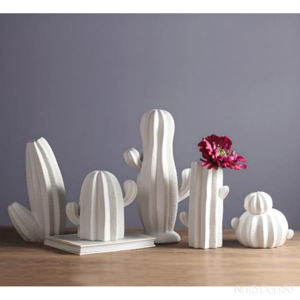 Bình cắm hoa kiểu dáng xương rồng cách điệu mới mẻ phù hợp tạo điểm nhấn phòng khách.