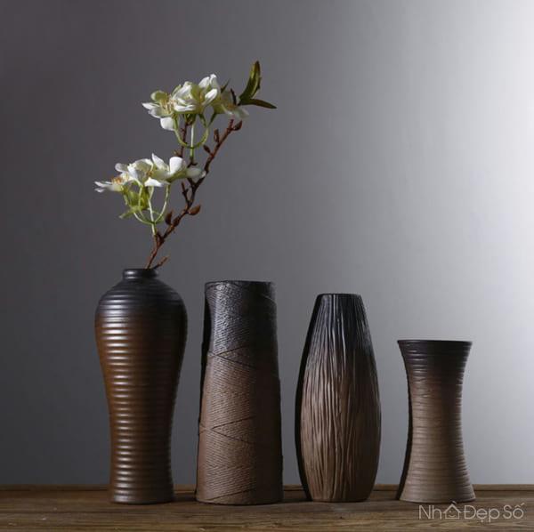 Nên chọn chất liệu bình hoa phù hợp với tinh thần chủ đạo của không gian nội thất.