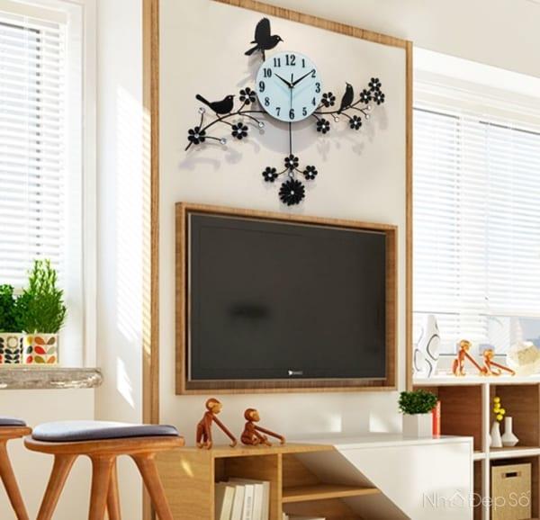 Đồng hồ treo tường cánh hoa chim én tượng trưng cho may mắn.