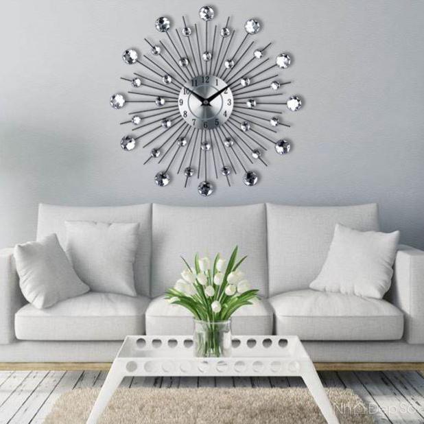 Đồng hồ treo tường kiểu dáng tỏa hạt lấp lánh trang trí phòng khách đẹp sang trọng và tinh tế.