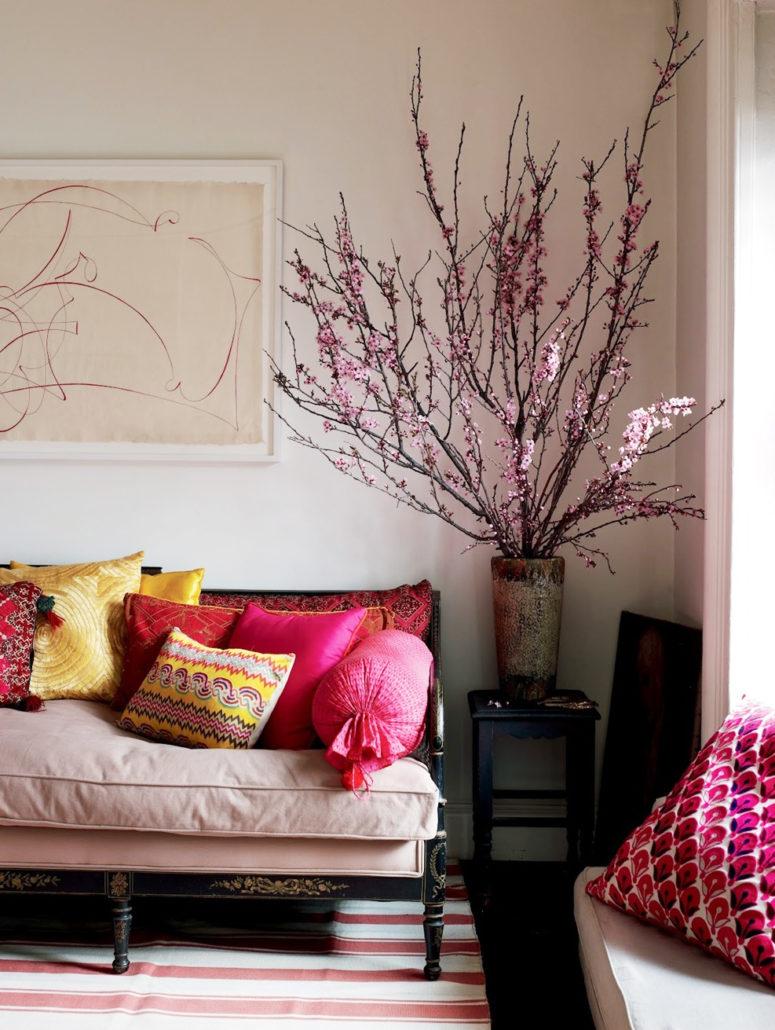 Sử dụng màu sơn hay giấy dán tường F5 diện mạo phòng khách.