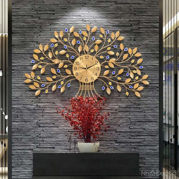 Mẫu đồng hồ hình cây tài lộc mang sự thuận lợi về vật chất cho gia đình.