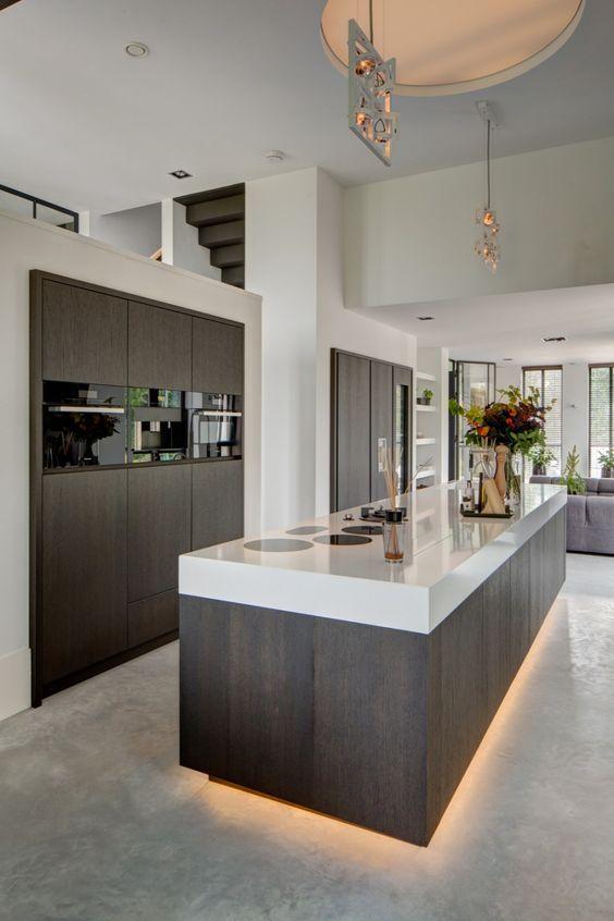 Không gian bếp thiết kế đơn giản được kết hợp với việc sử dụng màu trắng và vật liệu gỗ