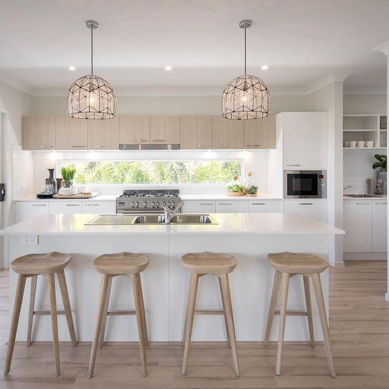 Không gian bếp thoáng mát với tôn màu trắng và vân gỗ