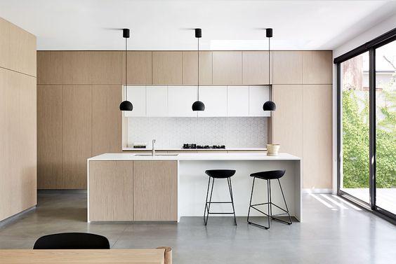 bếp hiện đại với sự pha trộn hài hòa giữa vân gỗ sáng màu với màu trắng