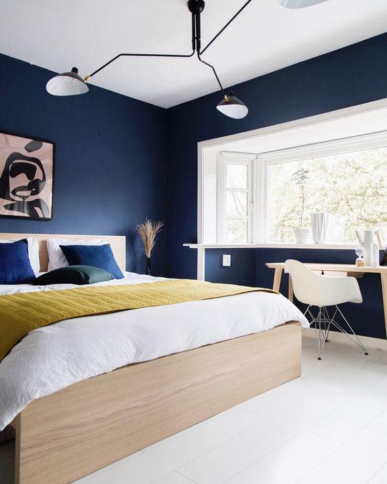 Lạ mắt với phòng ngủ màu xanh Navy kết hợp vàng