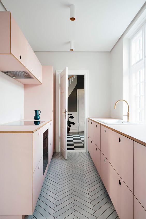 mẫu bếp tông màu hồng kết hợp màu trắng