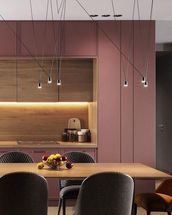 mẫu bếp tông màu hồng kết hợp vật liệu gỗ