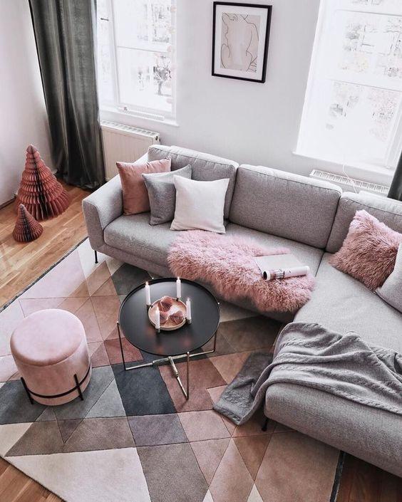 mẫu phòng khách sử dụng vật dụng trang trí màu hồng