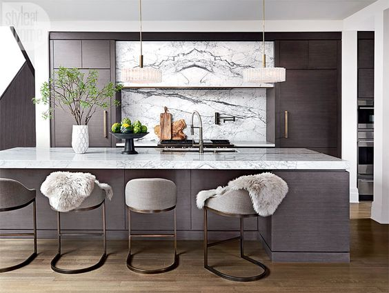 Mẫu tủ bếp với gam màu trung tính hiện đại kết hợp vật liệu kim loại và đá