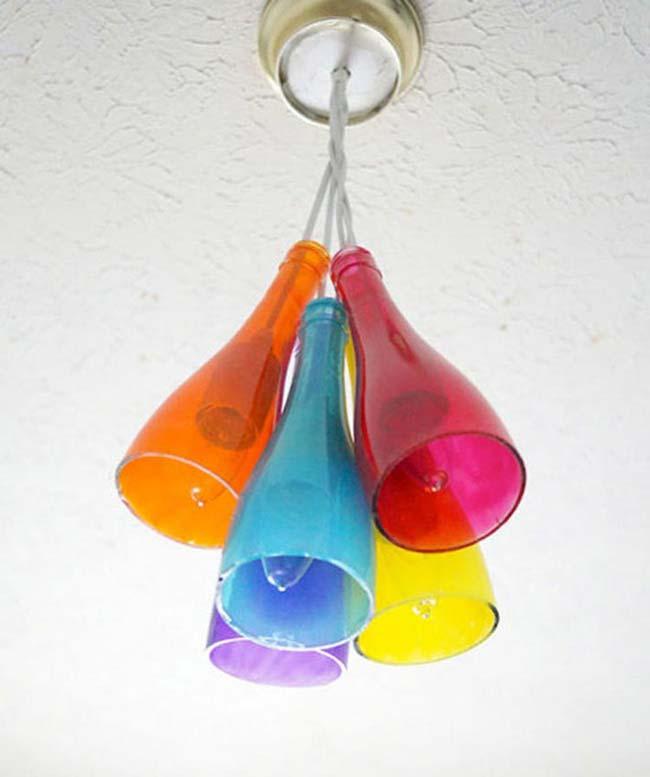 những chai thủy tinh màu sắc làm thành đèn chùm đơn giản