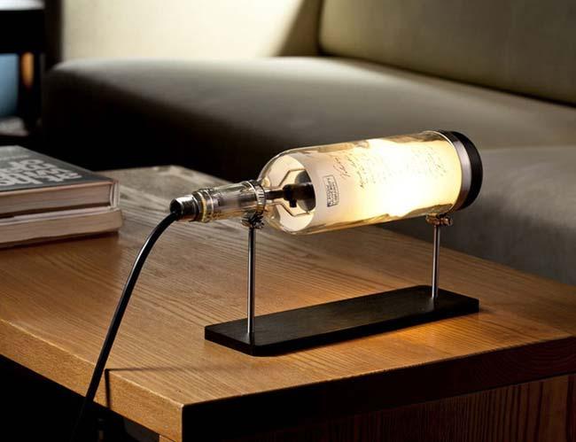 Chai rượu vang bỗng chốc trở thành chiếc đèn để bàn