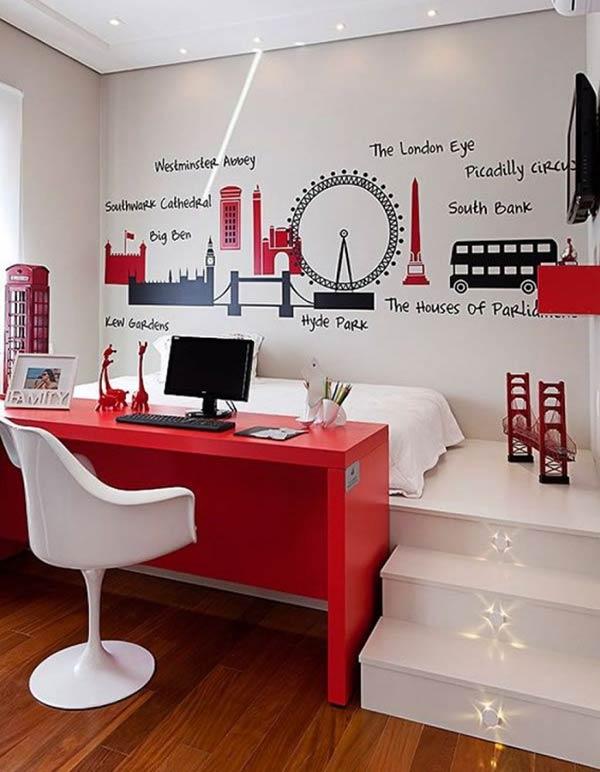 Góc làm việc màu đỏ tươi tắn đóng vai trò vách ngăn giữa giường ngủ và không gian còn lại của phòng ngủ.