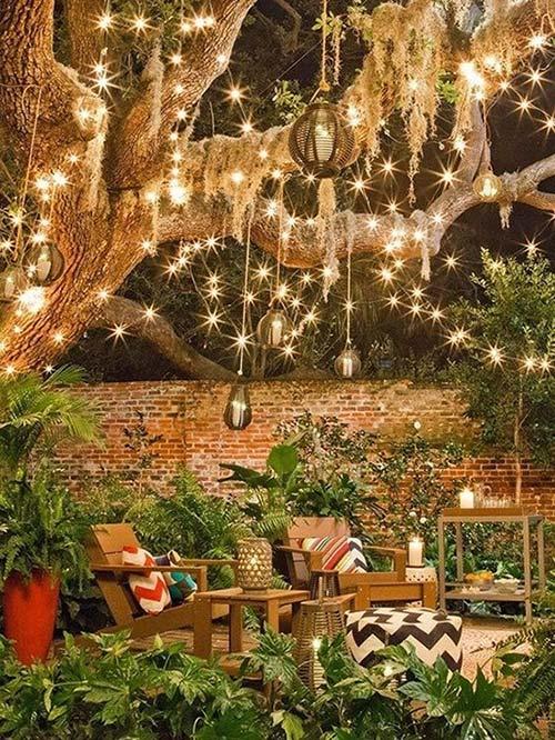 Treo đèn khắp trên vòm cây lớn và đặt bên dưới bộ bàn ghế là có ngay góc thư giãn