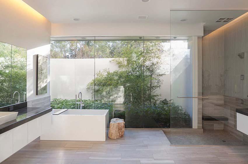 Phòng tắm lớn cần sự tách biệt rạch ròi giữa khu khô và khu ướt bằng tường kính