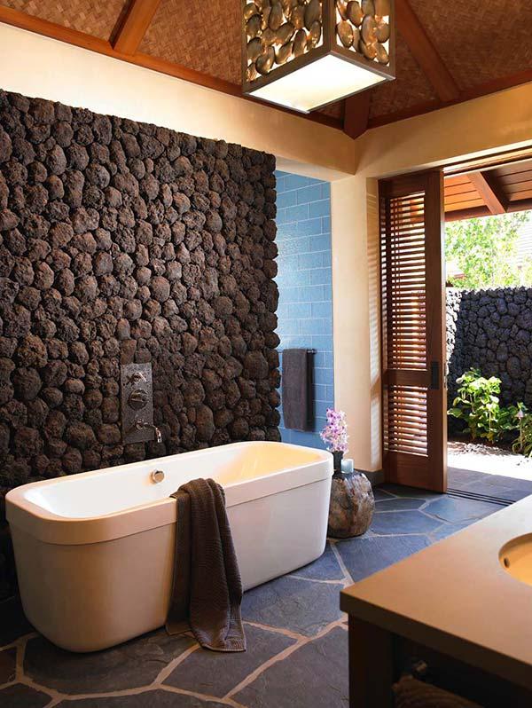 trồng cây bên dưới chân tường bao đảm bảo từ góc phòng tắm có thể nhìn ngắm được