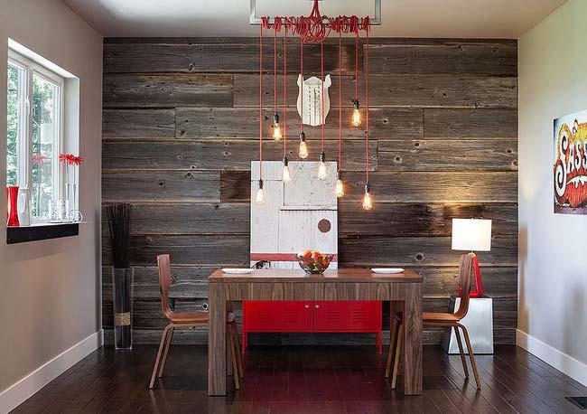 Mẫu phòng ăn đẹp theo phong cách công nghiệp hiện đại với bức tường gỗ tái chế đầy ấn tượng.