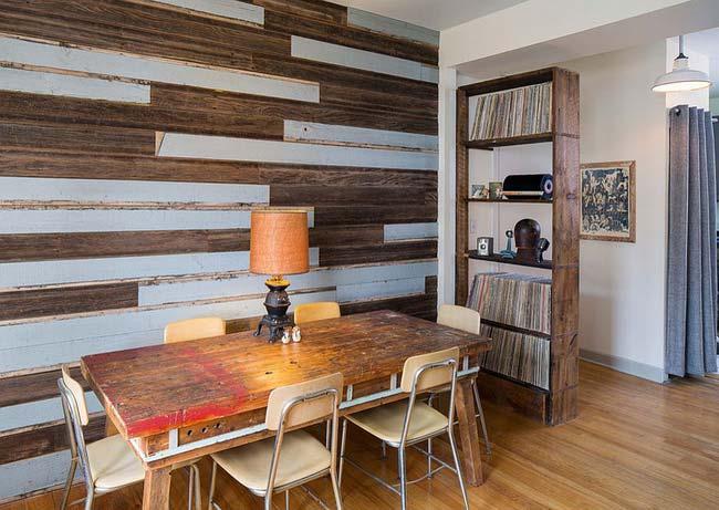 Bức tường phòng ăn từ gỗ tái chế hài hòa tuyệt đối với chiếc bàn ăn gỗ mộc mạc