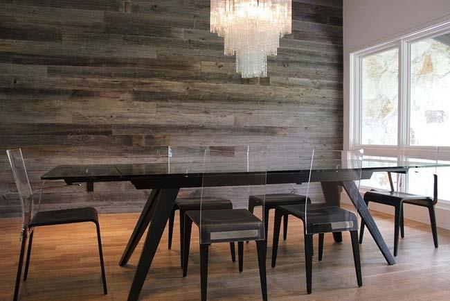 Màu sắc trung tính của bức tường gỗ tái chế dễ dàng ăn nhập với chiếc bàn ăn làm từ nhựa aryclic màu tối.