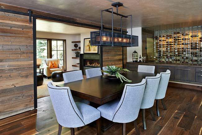 Cánh cửa trượt từ gỗ tái chế đem lại bầu không khí ấm áp thật sự cho gian phòng ăn theo phong cách rustic này.