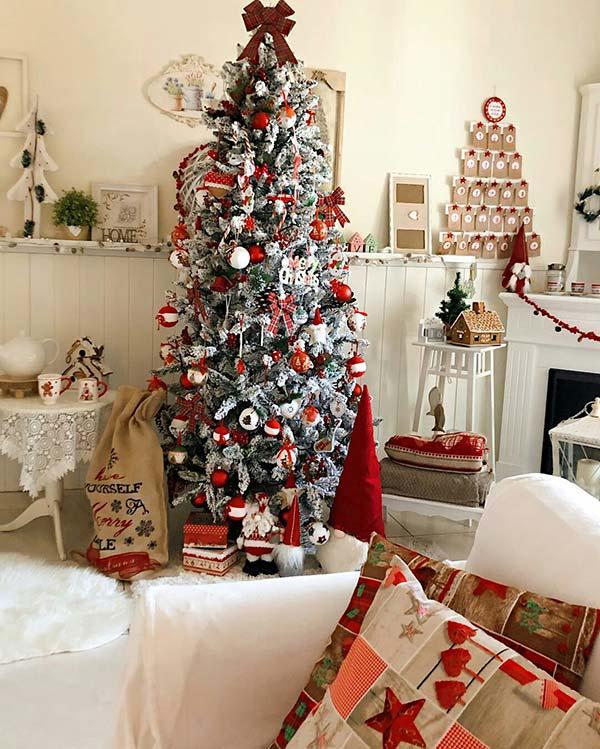Trang trí cây thông Noel với nhiều màu sắc bắt mắt thế này cũng là xu hướng.