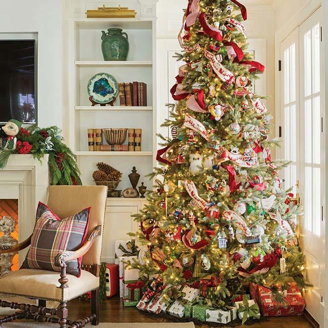 Đèn nhấp nháy tạo sự thu hút cho cây thông cổ điển.