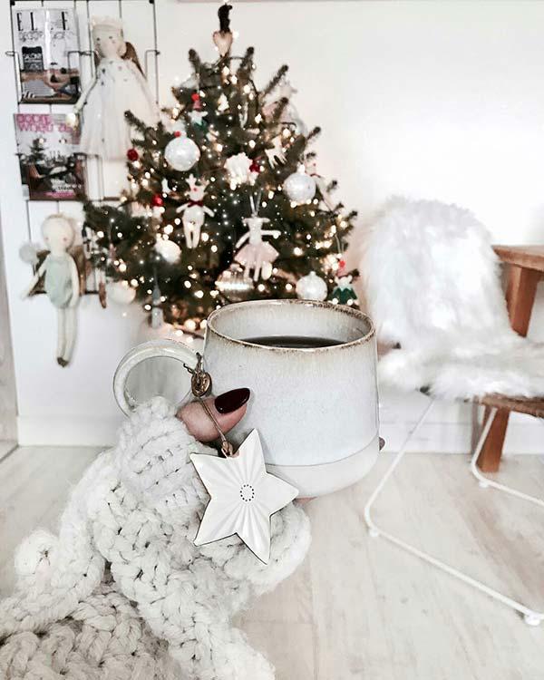 Ý tưởng trang trí cây thông giáng sinh theo chủ đề thơ ấu này sẽ rất hợp để thiết kế cho phòng ngủ của bé.