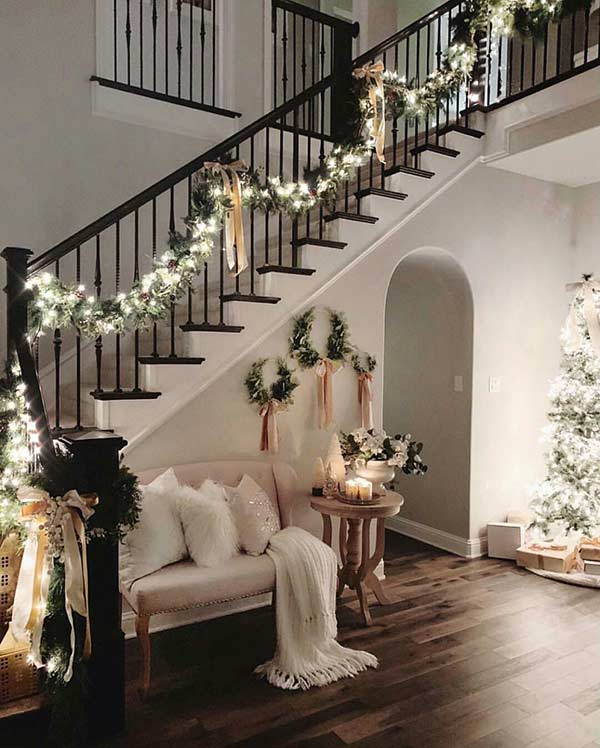 Dùng dây ruy băng trang trí noel cầu thang.