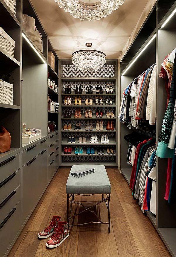 Kiểu tủ quần áo không cửa màu xám này được sang chảnh hóa nhờ thiết kế đèn chùm