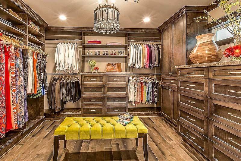 Những ngăn kéo gỗ cũ kĩ bên cạnh tủ quần áo treo không cửa giúp tạo điểm nhấn.