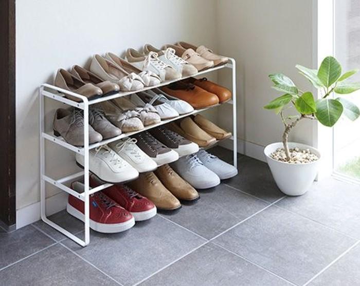 Kệ giày 3 tầng có gam màu trắng thanh lịch hài hòa với tổng thể không gian
