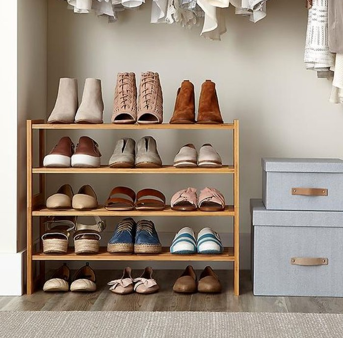 Kệ giày gỗ 4 tầng với màu sắc hài hòa tổng thể ngôi nhà