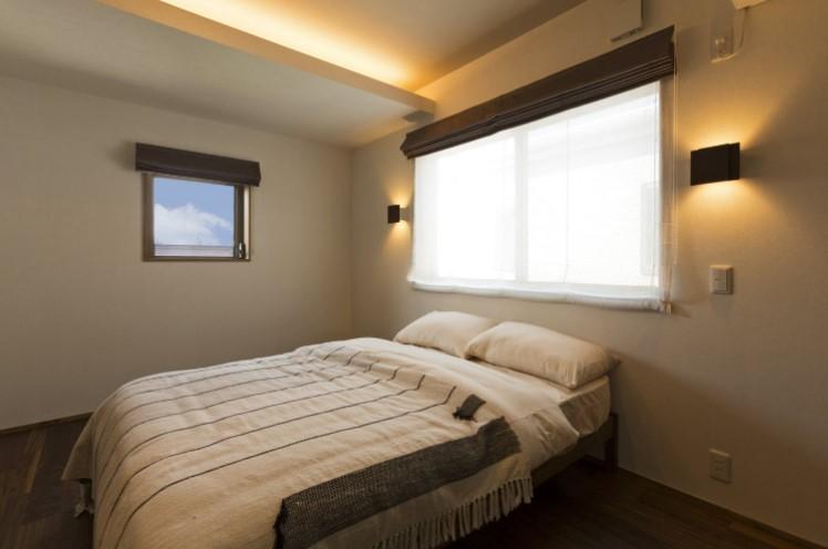 Phòng ngủ nhỏ với gam màu trắng đơn giản