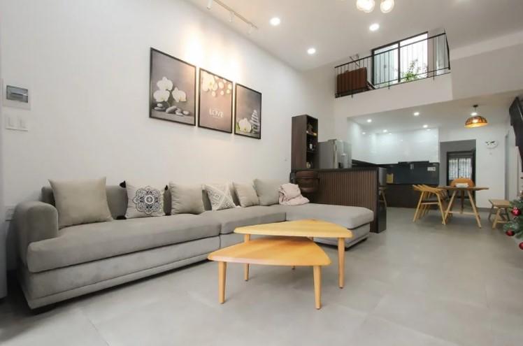 Bộ ghế sofa chữ L màu xám lông chuột nổi bật trong không gian phòng khách