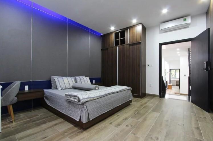 Thi công phòng ngủ master hiện đại với tủ quần áo cửa lùa