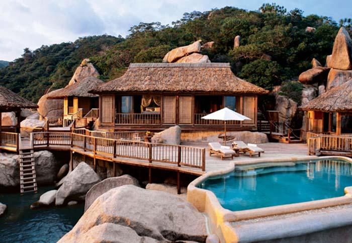 Một bungalow bên trong resort cao cấp điển hình